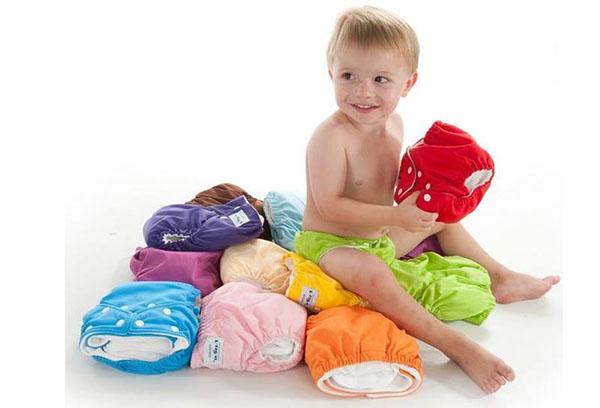 Малыш держит многоразовые трусики