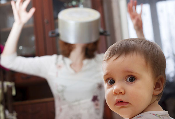 Мама с кастрюлей на голове отвлекает ребенка