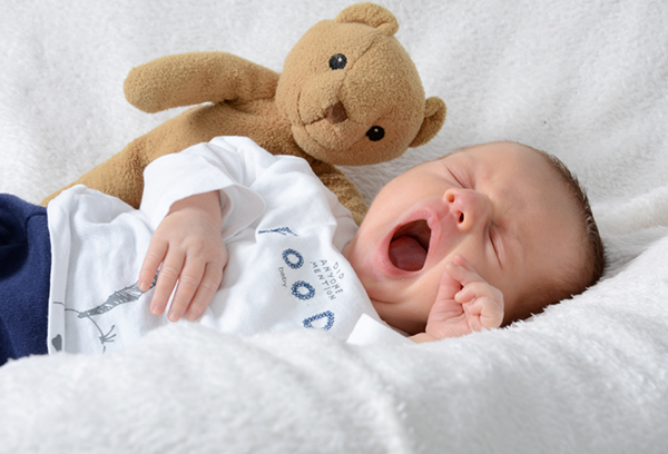 Малыш зевает в кроватке
