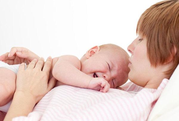 Грудничок плачет у мамы на руках
