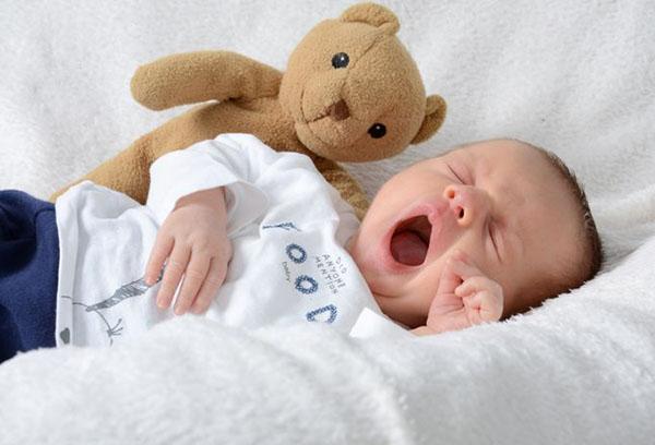 Младенец засыпает с игрушкой