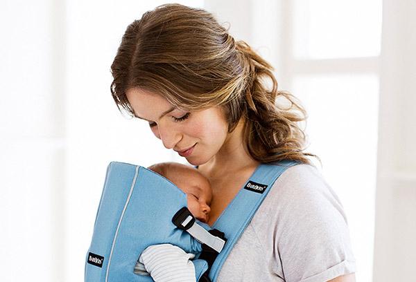 Новорожденный спит в переноске