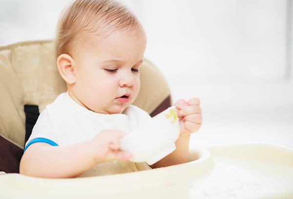 Годовалый малыш за завтраком