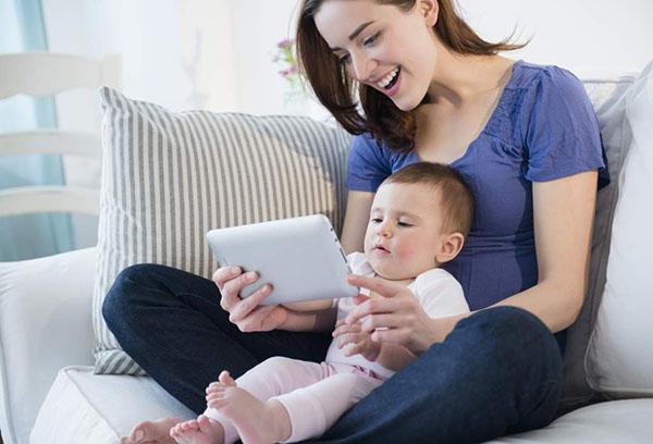 Мама показывает малышу мультфильм