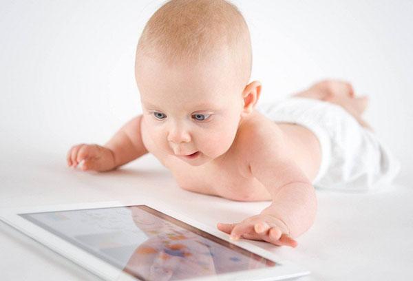 Грудничок смотрит мультфильм на планшете