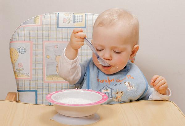 Малыш кушает сам