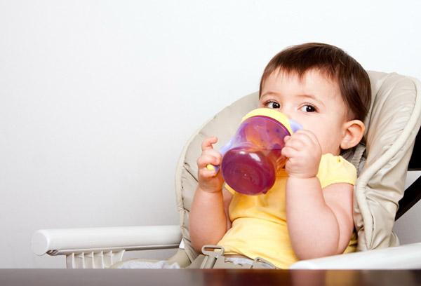 11-месячный ребенок пьет морс
