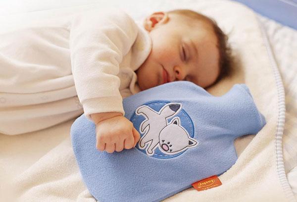 Ребенок спит с грелкой
