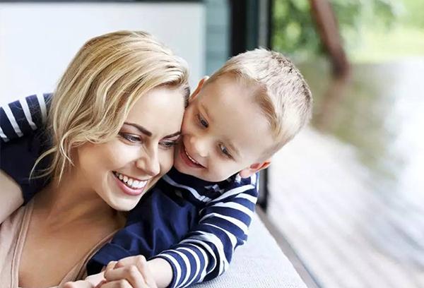 Мальчик обнимает маму