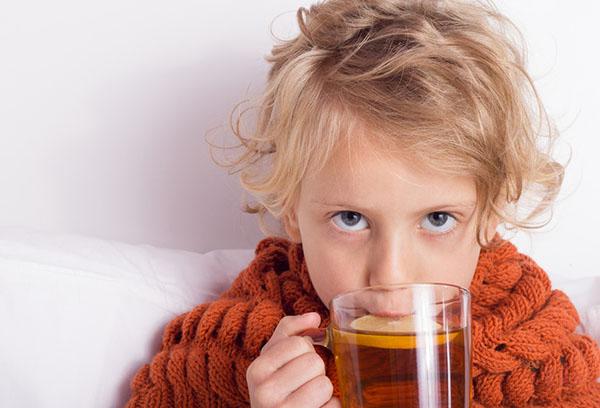 Ребенок пьет теплый чай