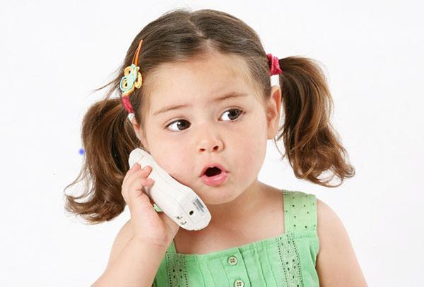 Девочка разговаривает по телефону