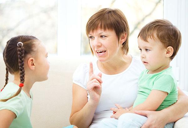 Мама разговаривает с детьми
