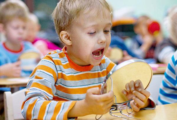 Ребенок делает артикуляционные упражнения