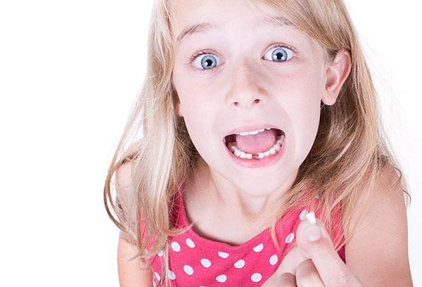 У девочки выпал зуб
