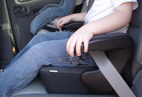 Ребенок в автомобильном бустере