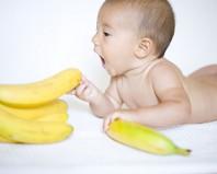 Малыш хочет попробовать банан