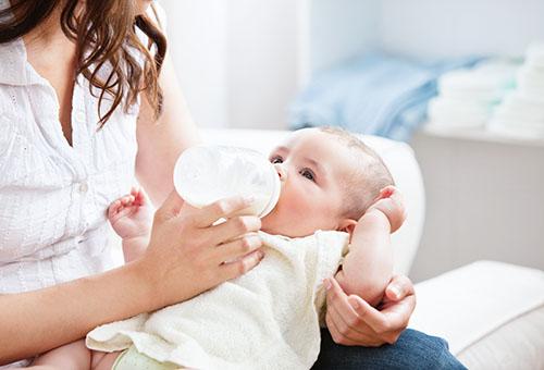 Кормление ребенка молоком из бутылочки