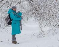 Женщина гуляет с новорожденным зимой