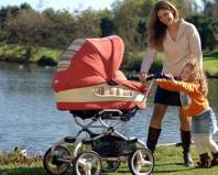 Молодая мама гуляет с детьми