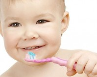 Ребенок чистит зубки