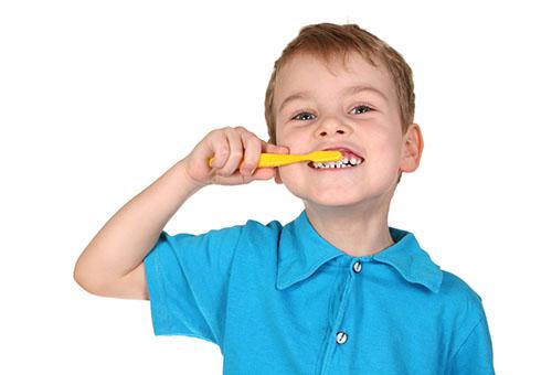Ребенок тщательно чистит зубы
