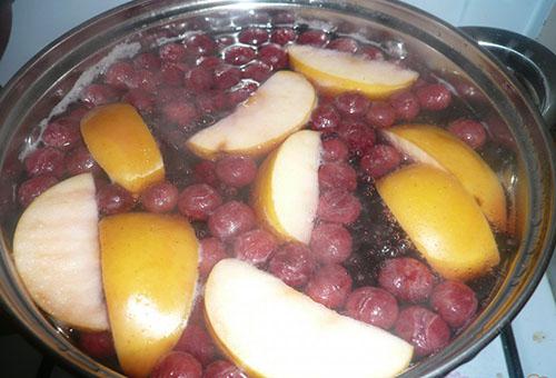 Варка компота из вишен и яблок