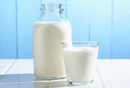 Молоко в бутылке и в стакане