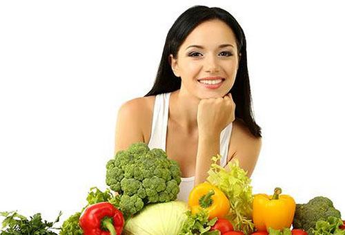 Молодая женщина и полезные овощи