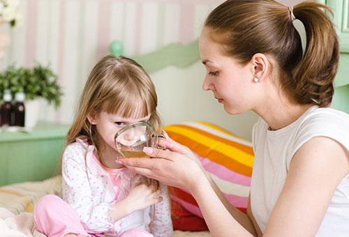 Мама лечит дочку от ОРВИ