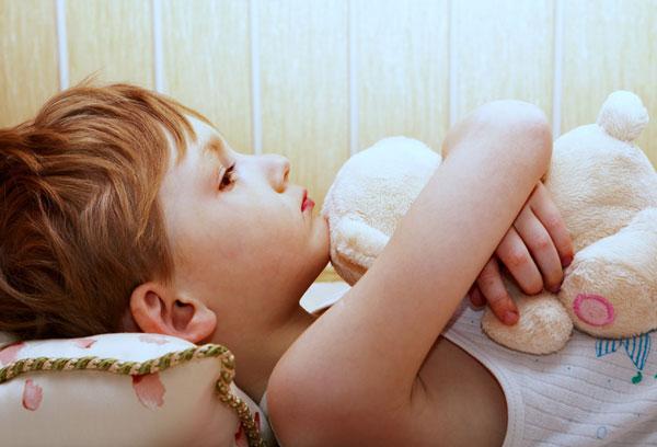 Мальчик с плюшевой игрушкой