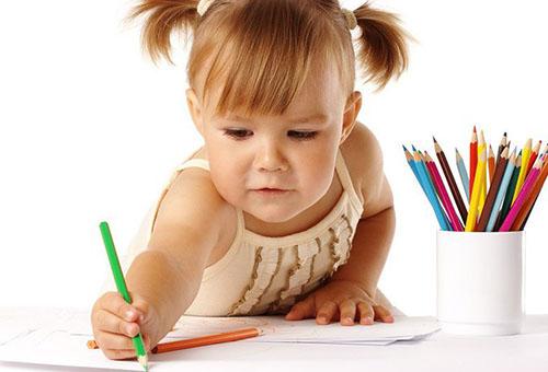 Трехлетняя девочка рисует