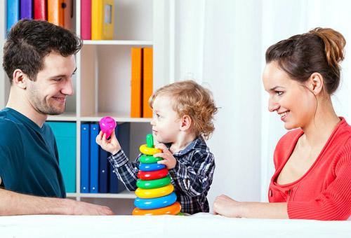 Трехлетний ребенок играет с родителями