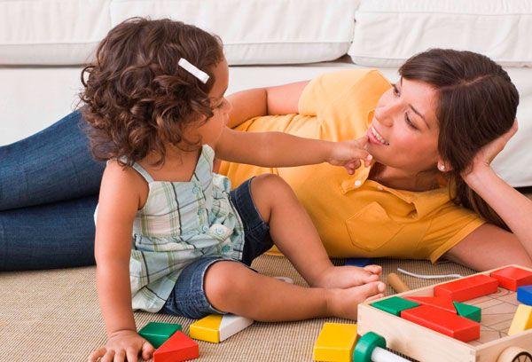 Мама играет с малышкой