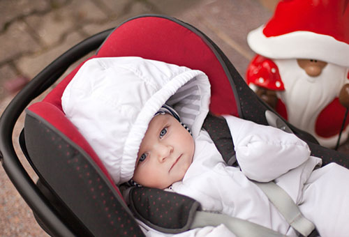 Ребенок в коляске на прогулке