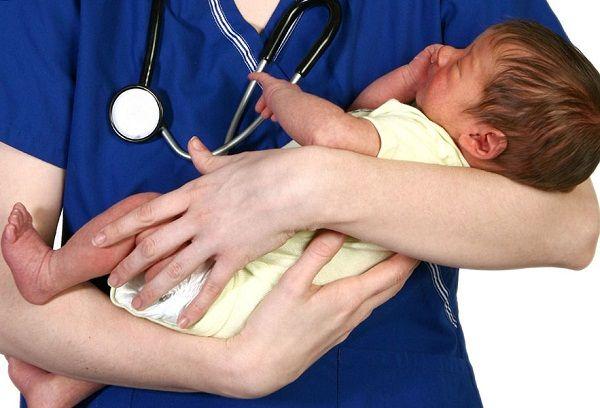 Грудничок в руках у врача