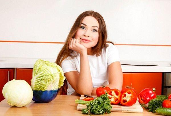 Молодая девушка за столом
