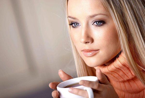 Девушка с чашкой с чаем
