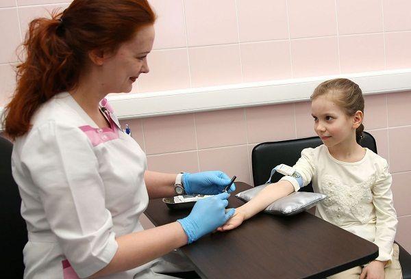Девочка сдает кровь на анализ