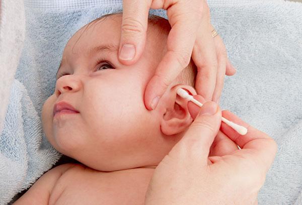 Чистка ушей младенцу ватной палочкой