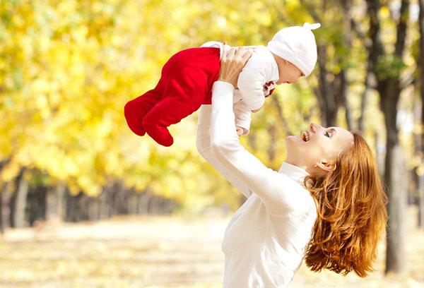 Прогулка с малышом теплой осенью