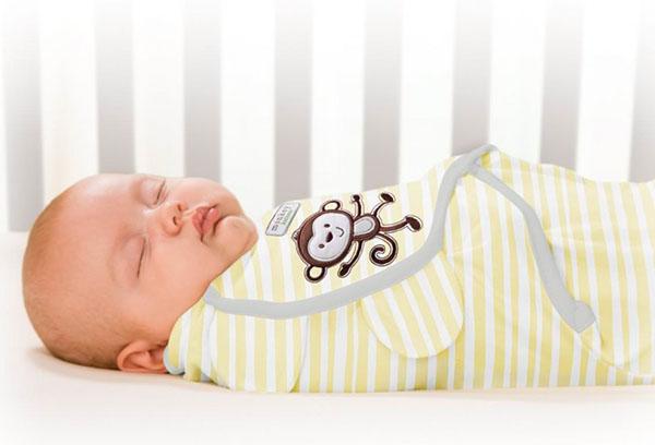 Спящий младенец в трикотажной пеленке