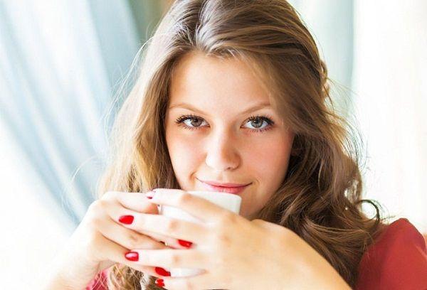 Девушка чашкой какао