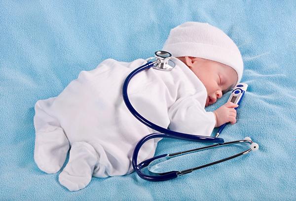 Спящий грудничок с медицинскими принадлежностями