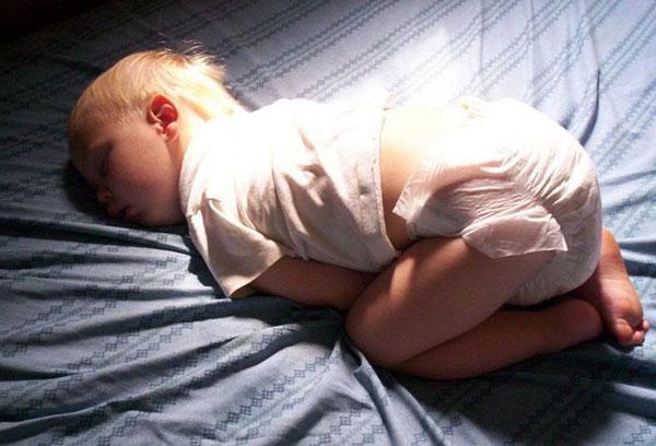 Ребенок спит в памперсе