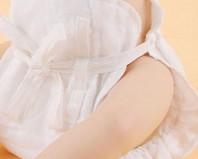Новорожденный в марлевом подгузнике