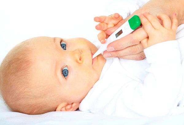 Измерение температуры малышу