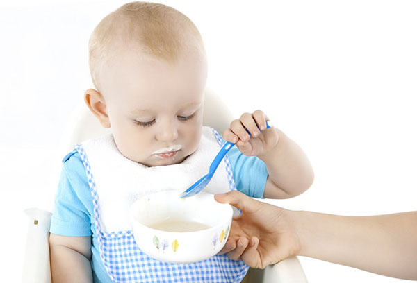 Ребенок сам ест творожок