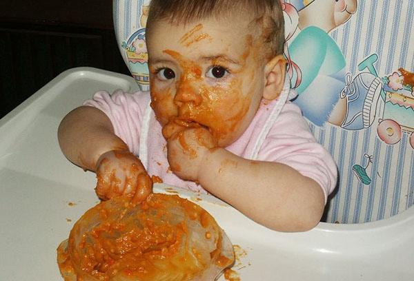 Ребенок измазал лицо едой