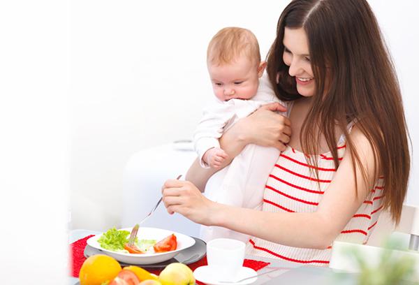 Кормящая мама готовит себе завтрак