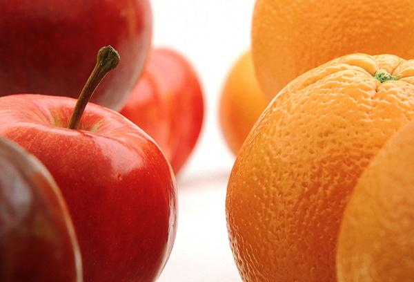 Красные яблоки и апельсины